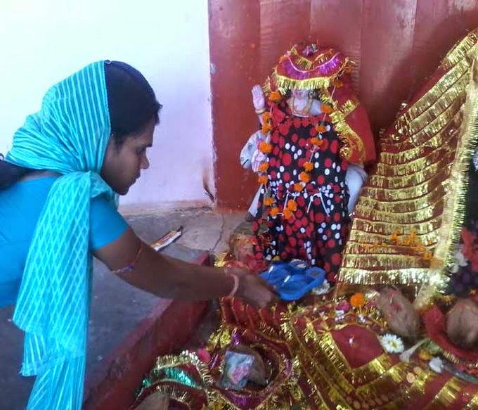ये है दुनिया का सबसे अनोखा मंदिर, मन्नत के लिए चढ़ाई जाती हैं सैंडिल