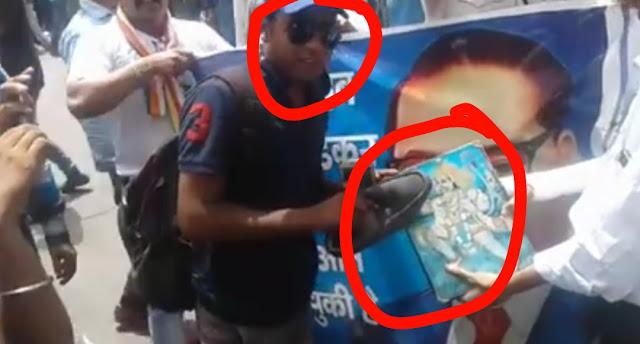 """""""जय भीम"""" के नारे लगाते हुए हनुमान जी की तस्वीर पर थूका और फिर मारे जूते...वीडियो"""