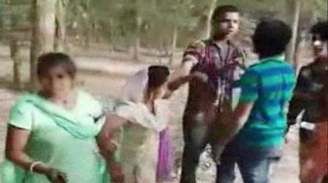 यूपी में दो लड़कियों से सरेआम छेड़छाड़ सामने आई फोटो