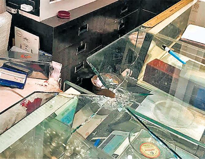 दिनदहाड़े सनसनीखेज 25 लाख की डकैती, सर्राफा व्यववासी को मारी 3 गोलियां