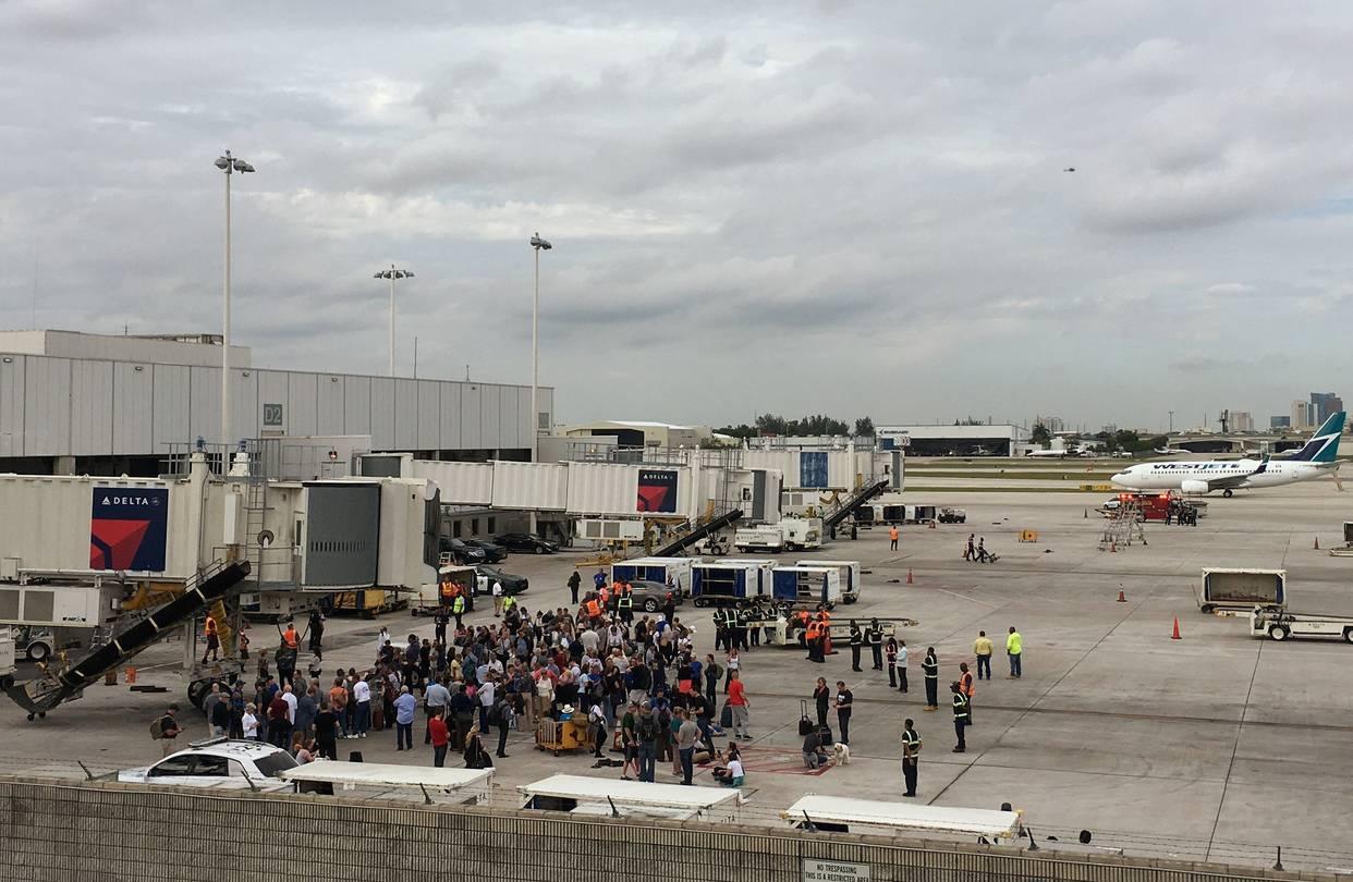 US: एयरपोर्ट पर गनमैन ने पुलिसकर्मी के ऊपर तानी बंदूक, एयरपोर्ट पर मची अफरा-तफरी