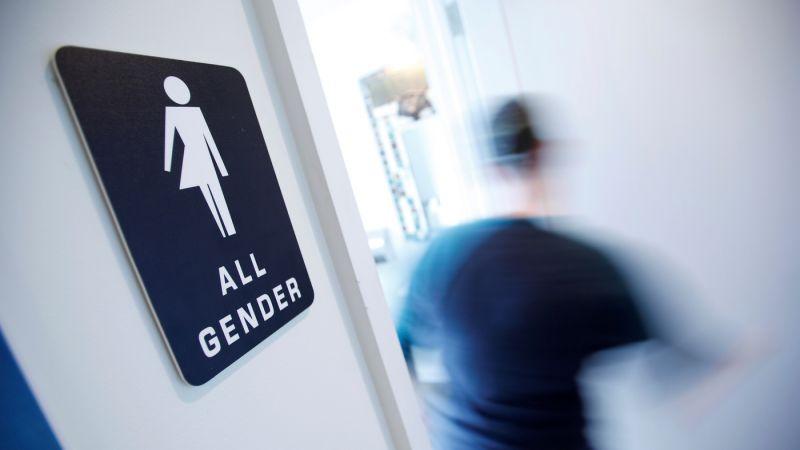 ट्रांसजेंडरों के लिए स्कूल में अलग बाथरूम बंद करने को लेकर छिड़ी बहस