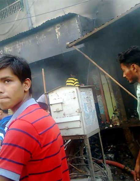 प्लास्टिक की दुकान में भीषण आग लगने से आस-पास की दुकानों में फैली, ढाई घंटे तक चला आग का तांडव