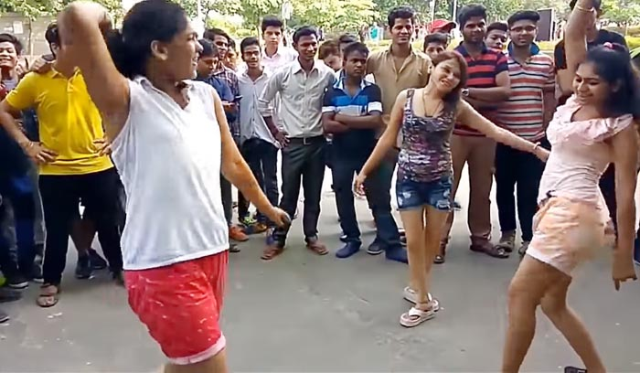 मस्त होकर सड़क पर ही नाचने लगीं 'दिल्ली गर्ल्स'