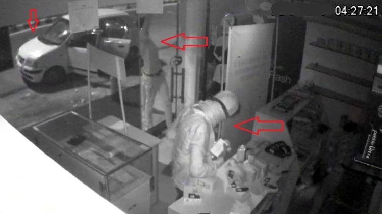 चोरों ने साफ की मोबाइल की दुकान, वारदात CCTV में आए नजर