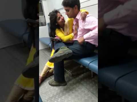 OMG: दिल्ली के बाद मुंबई लोकल ट्रेन में जोड़े ने की अश्लीलता, अकेले में देखें यह वीडियो