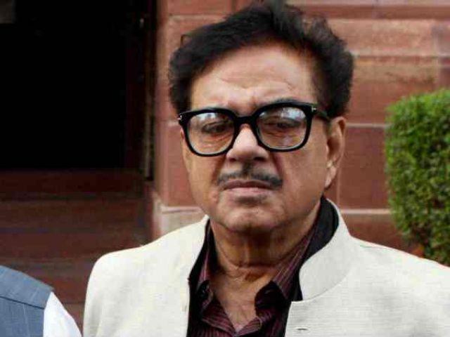 भाजपा सांसद शत्रुघ्न सिन्हा ने रजनीकांत को राजनीति में आने को लेकर दी सलाह