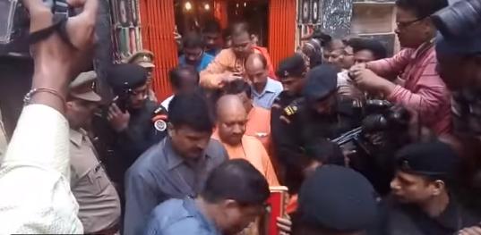 देखे विडियो: मोदी के क्षेत्र में CM योगी, 51 किलो दूध से बाबा विश्वनाथ का किया रुद्राभिषेक
