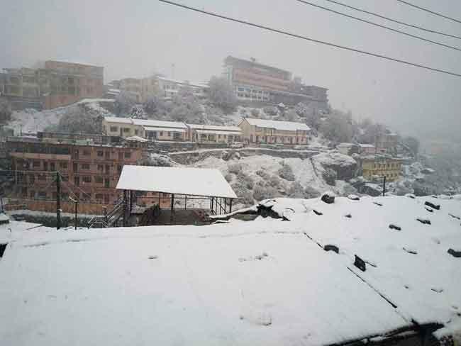 उत्तराखंड में बिगड़ा मौसम का मिजाज, चारों धाम में बर्फबारी, हुई दो तीर्थयात्रियों की मौत