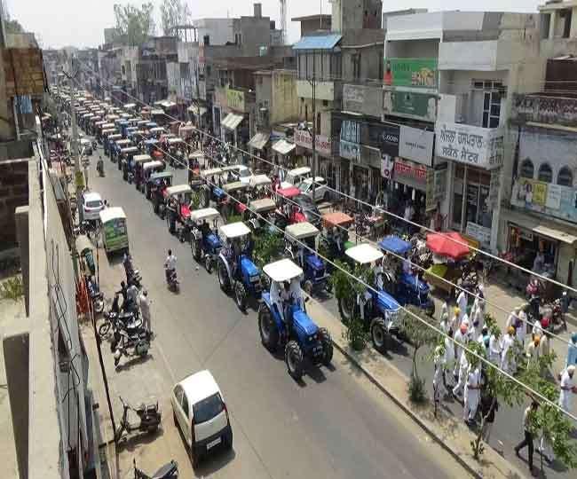 किसानों ने लुधियाना-चंडीगढ़ हाईवे किया जाम, सौंपी ट्रैक्टरों की चाबियां