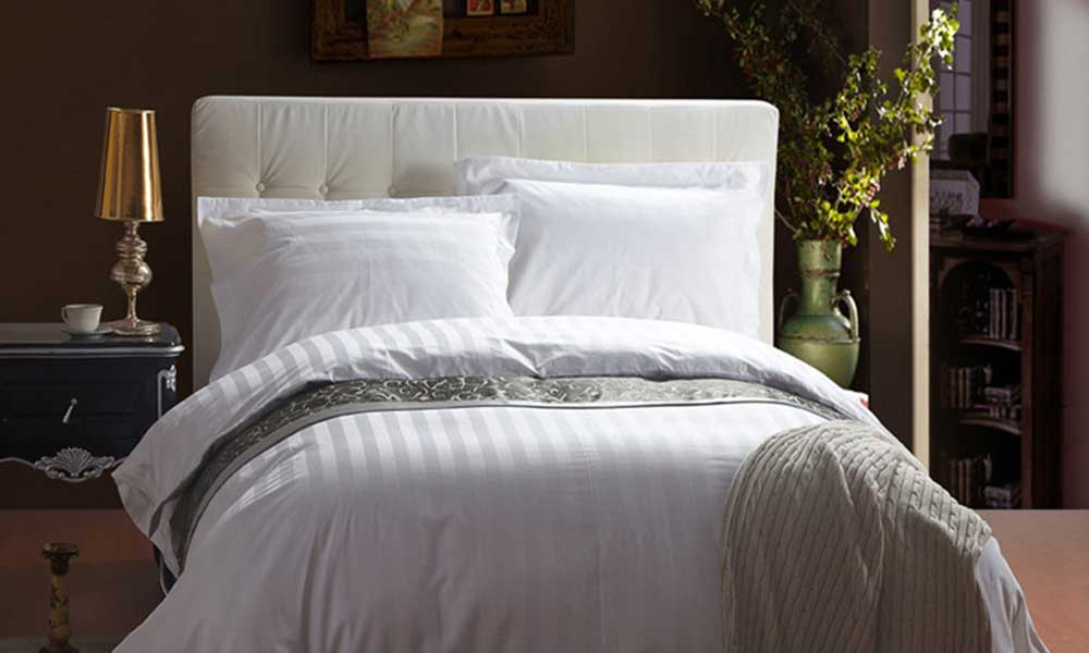 जानिए क्यों हर होटल के बेड पर हमेशा बिछी रहती हैं सफेद बेडशीट...