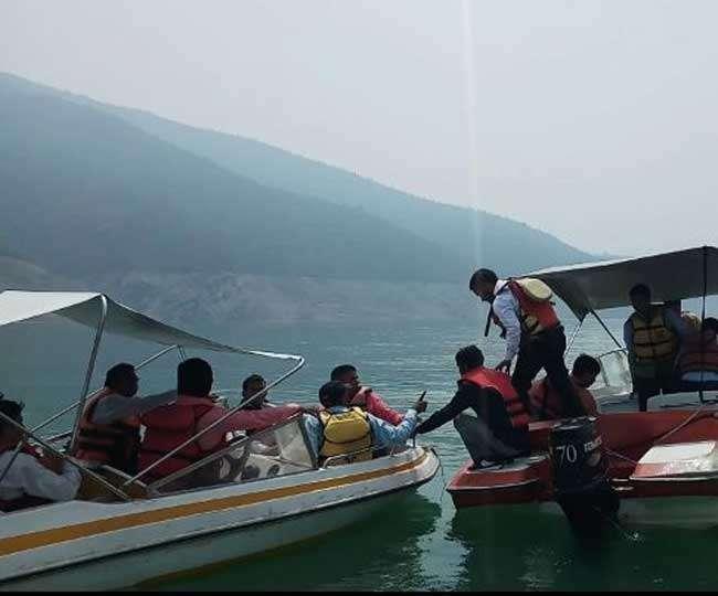 टिहरी झील के में नाव में भरा पानी, बाल-बाल बचे भाजपाई कार्यकर्ता