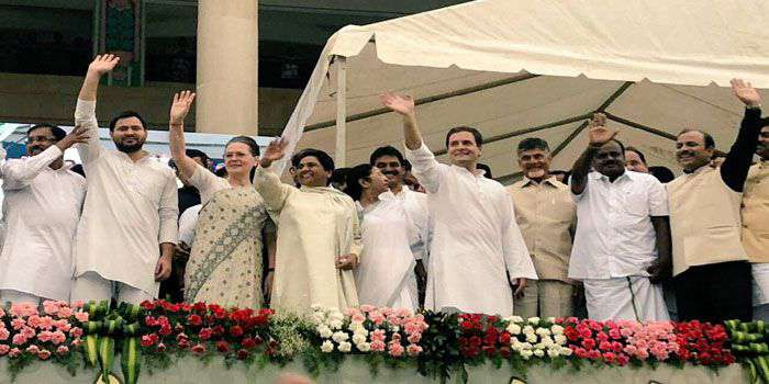 तेजस्वी ने सोनिया गांधी के पैर छुए, लिया आशीर्वाद, जदयू ने कसा तंज