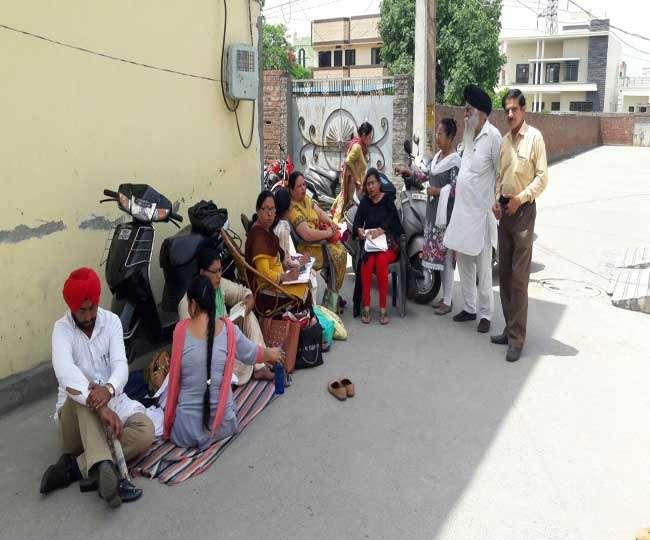 Photo of …तो इस कारण पंजाब के सरकारी कर्मचारी सड़क पर बैठ कर निपटाने लगे फाइलें
