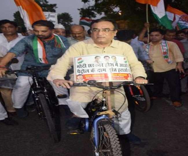 दिल्ली में पेट्रोल-डीजल की कीमतों में वृद्धि के खिलाफ कांग्रेस नेताओं ने निकाला साइकिल मार्च