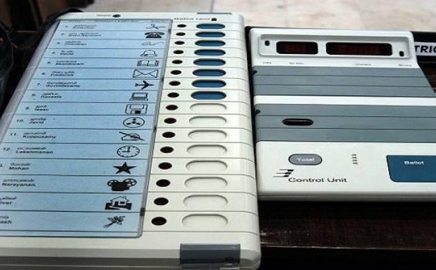 निजी कार से ईवीएम मशीनें स्ट्रॉगरूम पहुंचाई, चुनाव अधिकारी के खिलाफ शिकायत दर्ज