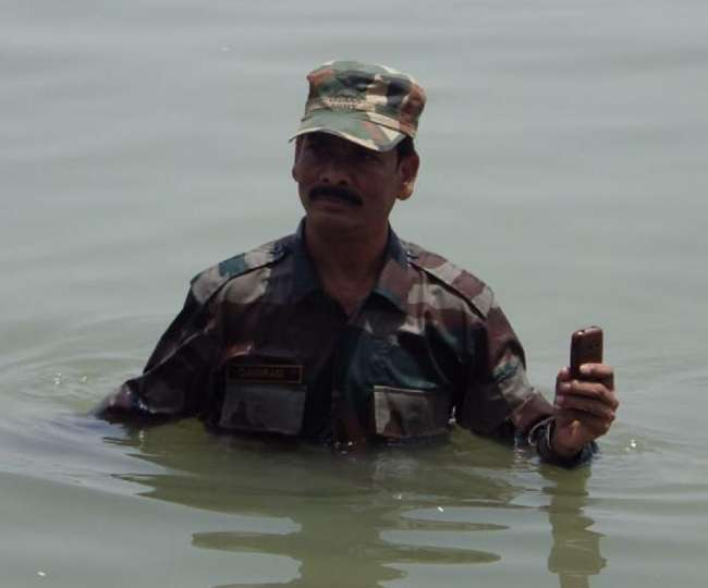 फर्रुखाबाद में समस्याओं से परेशान पूर्व सैनिक ने गंगा में शुरू किया जल सत्याग्रह