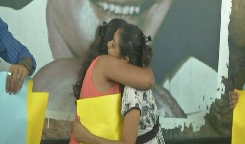 Photo of युवक-युवती के गले लगने पर भीड़ द्वारा मारपीट के विरोध में, कोलकाता में 'फ्री हग' मुहीम