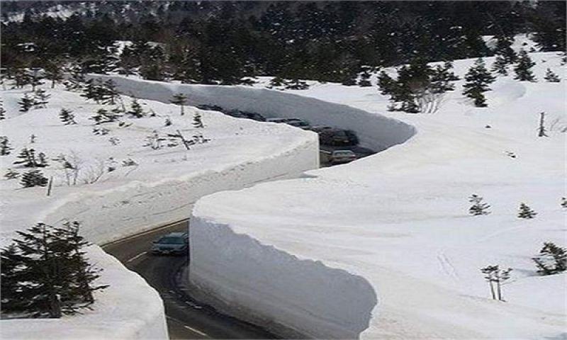 बर्फ से ढकी दीवारों से घिरी सड़के देख घूम जायेगा आपका भी सिर