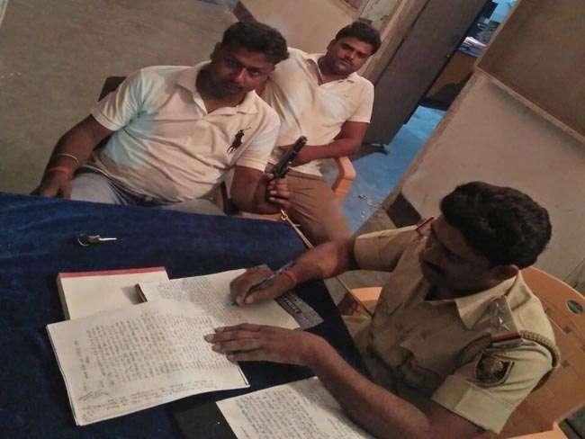 बिहार में दारोगाजी की पिस्टल लहराता दिखा छात्र जदयू नेता, फोटो हुई वायरल