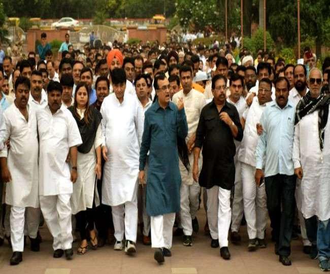 कर्नाटक: भाजपा सरकार के विरोध में राजघाट पहुंचे कांग्रेसी, शुरू किया लोकतंत्र बचाओ अभियान