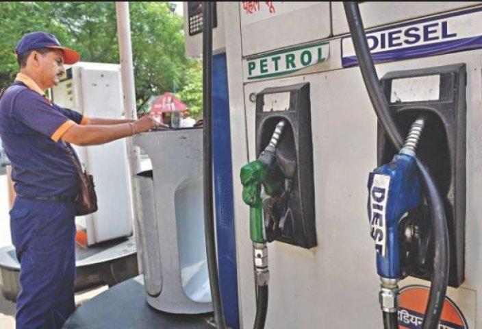 मनमोहन सरकार से भी ऊपर पहुंचीं पेट्रोल-डीजल की कीमतें...