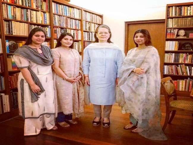 लालू की बेटियों ने सोनिया गांधी को दिया निमंत्रण, कहा-भाई की शादी है, आइएगा जरूर