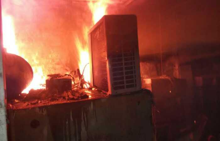 वाराणसी के व्यावसायिक भवन में शार्ट सर्किट से आग लगी