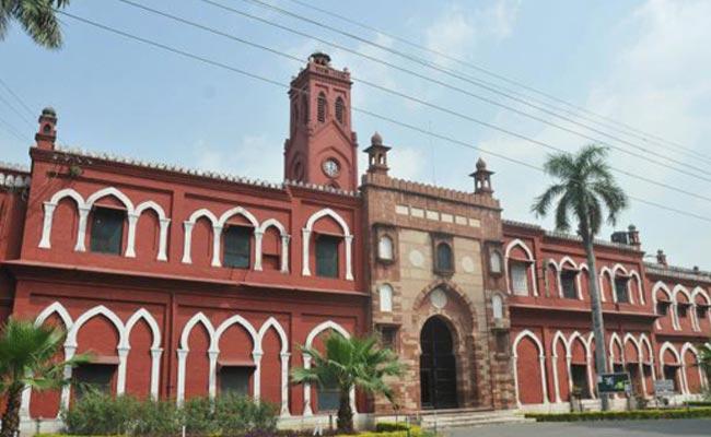 सियासत का अखाड़ा बना अलीगढ़ यूनिवर्सिटी में छात्रों का धरनास्थल