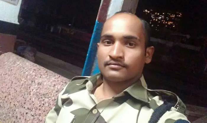 महाराष्ट्र: सुरक्षाकर्मी ने चलती ट्रेन से गिरी बच्ची की 3 सेकेंड में बचाई जान, हो रही तारीफ