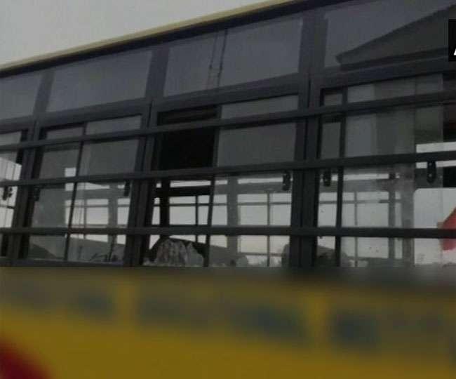 कश्मीर के शोपियां में स्कूल बस पर पथराव, चार छात्र जख्मी; एक की हालत गंभीरकश्मीर के शोपियां में स्कूल बस पर पथराव, चार छात्र जख्मी; एक की हालत गंभीर