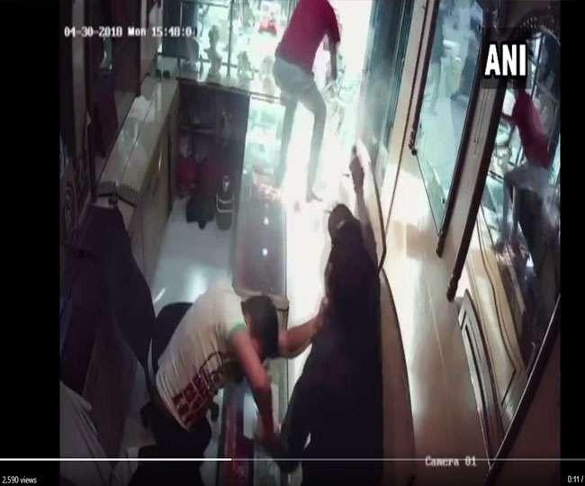 दिनदहाड़े बदमाशों ने ज्वैलर पर तान दी रिवॉल्वर, पूरी घटना CCTV में कैद