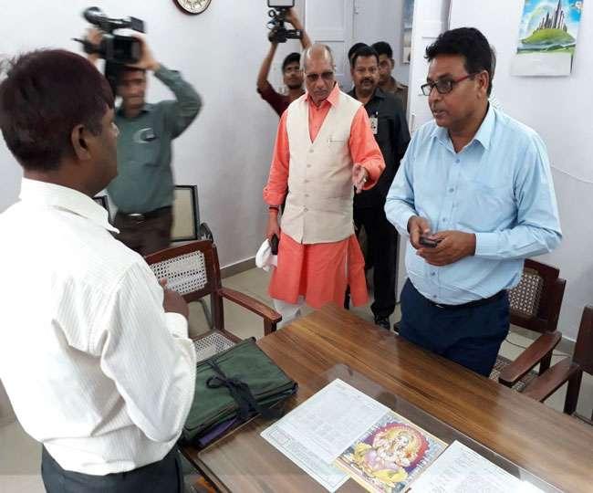 UP: कर्मचारियों के देर से आने पर मंत्री धर्म पाल सिंह ने सिंचाई आफिस में लगाया ताला