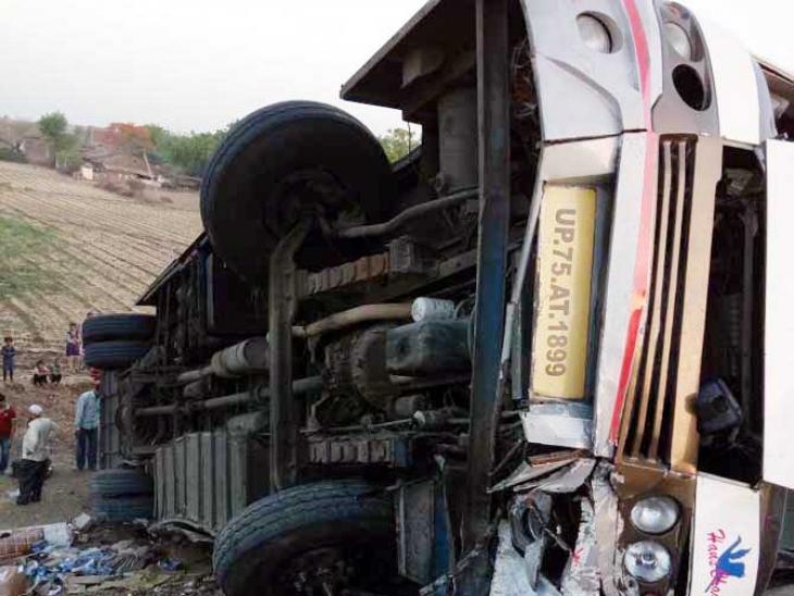 बड़वानी के ठीकरी नाके के पास अचानक लहराते हुए पलट गई बस, 15 यात्री घायल