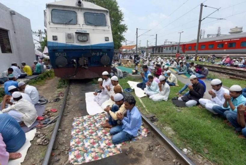 जानिए क्या है इस वायरल तस्वीर का सच,अल्लाह के लिए चलती ट्रेन को...