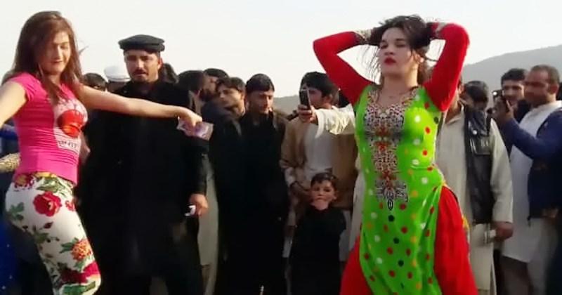 वीडियो: बारात में आई इन लडकियो ने सडक के बीच में किया ऐसा डांस, देखकर बेकाबू हुए लोग