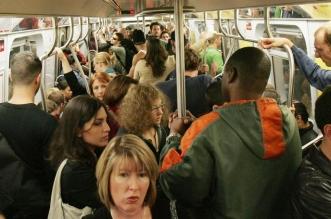 मेट्रो में युवती से चिपक रहा था मनचला, जब पलट कर देखा तो उड़ गये उसके होश