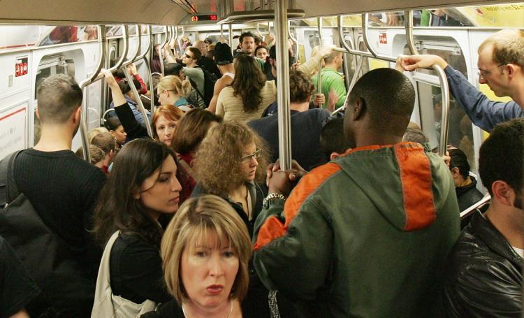 मेट्रो में युवती से चिपक रहा था मनचला