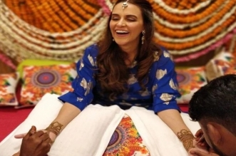 मेहंदी सेरेमनी में कुछ इस अंदाज में नजर आईं नेहा धूपिया, वायरल हुई तस्वीर...