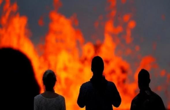 अमेरिका: हवाई में ज्वालामुखी लावा राजमार्ग के पार, 400 बिजली के खंभे नष्ट