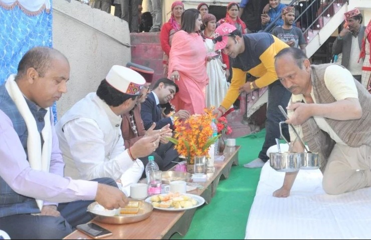 CM जयराम ठाकुर ने दलित के घर जमीन पर बैठकर खाया खाना