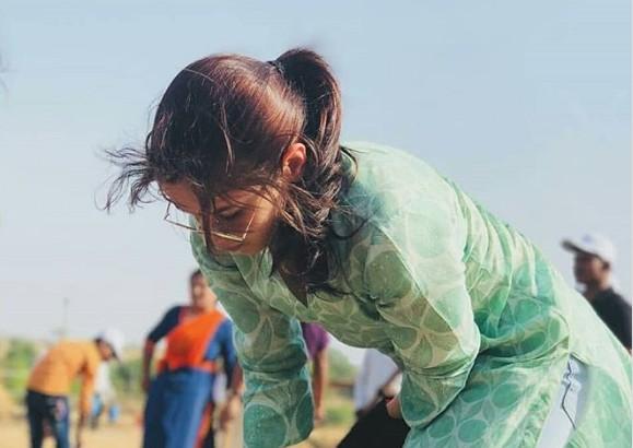 आलिया भट्ट ने उठाया समाज सेवा का बेड़ा, फावड़े से किया काम...