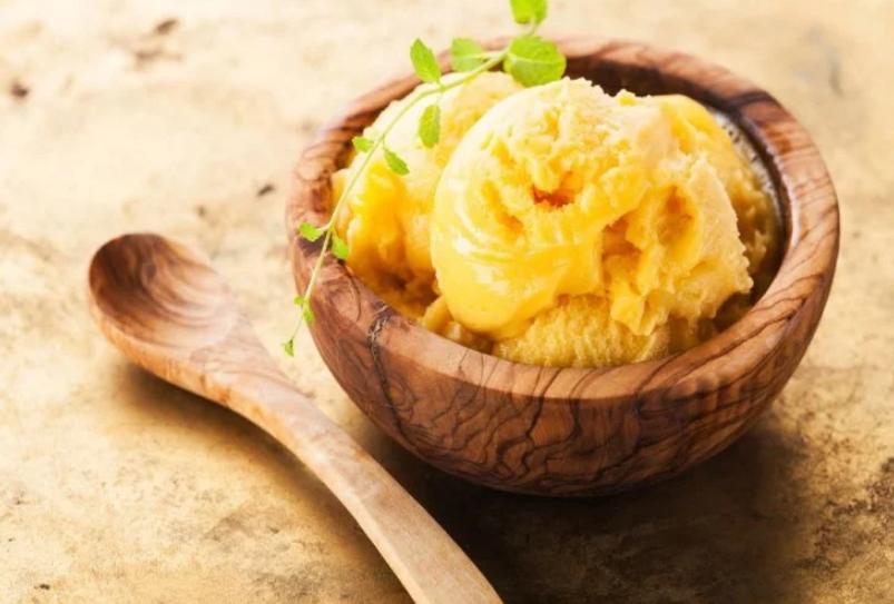 गर्मियों में आपको रखेगी कूल नारियल मैंगो आइसक्रीम
