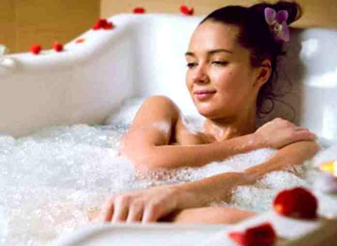 महिलाएं अगर इन नियमितसमयों पर करती हैं स्नान, तो इन खास अंग पर होंगे बदलाव