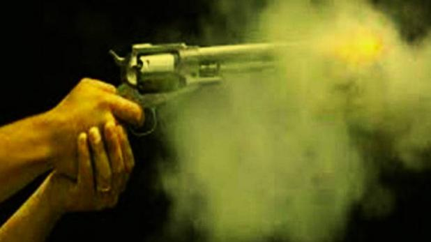 पूर्व विधायक के बेटे ने घर में घुसकर युवक को गोली मारी