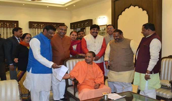 CM योगी ने गोरखनाथ मंदिर में लगाया जनता दरबार, फरियादियों की सुनी समस्या