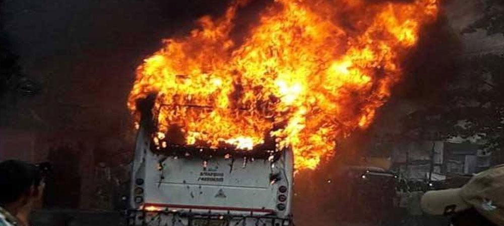 अभी-अभी: सड़क पर 57 लोगों से भरी चलती बस में लगी आग, जिंदा जले 12 लोग