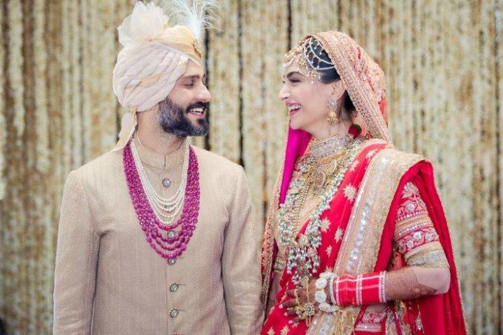 शादी के लिए गुरुद्वारे पहुंचीं सोनम कपूर, दूल्हा बने आनंद आहूजा की पहली तस्वीर आई सामने