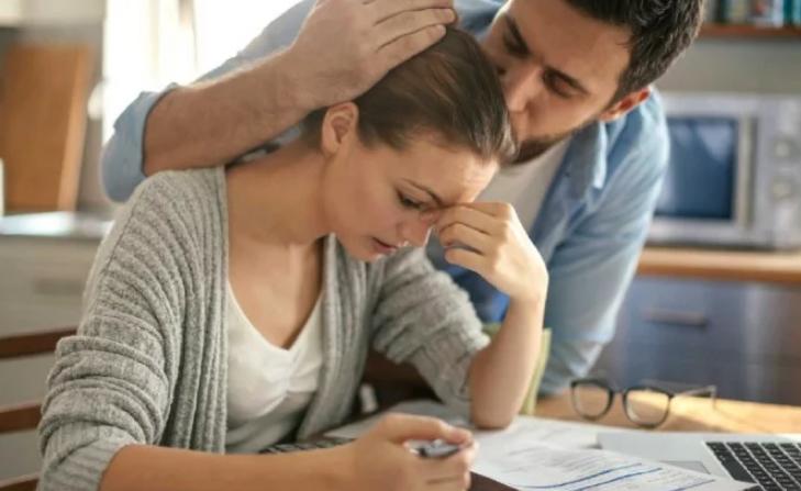 जानिए शादीशुदा मर्दों की तरफ क्यों अट्रैक्ट होती हैं कुंवारी लड़कियां, ये हैं वो 5 कारण