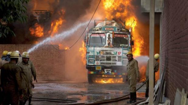 बड़ी घटना: दिल्ली की रबड़ फैक्ट्री में लगी आग 18 घंटे बाद भी बेकाबू, हेलिकॉप्टर की ली जा रही मदद